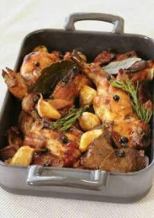 Coupez le lapin et mettez-le avec le foie dans un plat à four. Ajoutez le laurier, les grain...