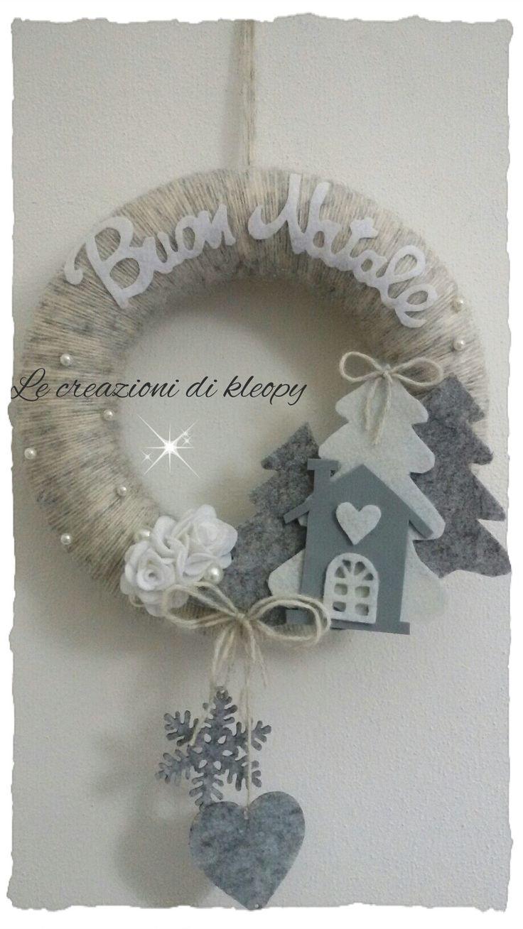 Ghirlanda natalizia bianca e grigia shabby con casetta e alberi in feltro lana e gomma crepla