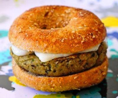 Esta hamburguesa tiene muchas ventajas. Al ser de verduras, es una forma original y algo engañosa de meter este ingrediente en la dieta de los niños. Por o