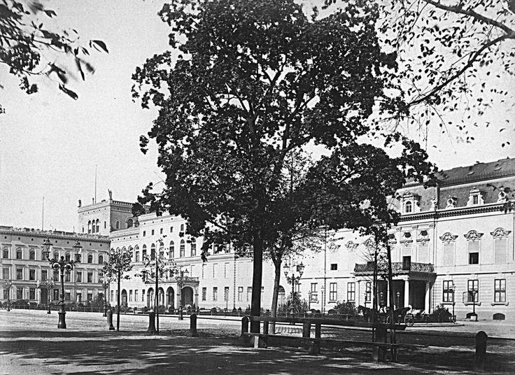 Am Pariser Platz.. Die Französische Botschaft rechts im Bild.. links am Bildrand das Palais Liebermann.. um1910 o.p.
