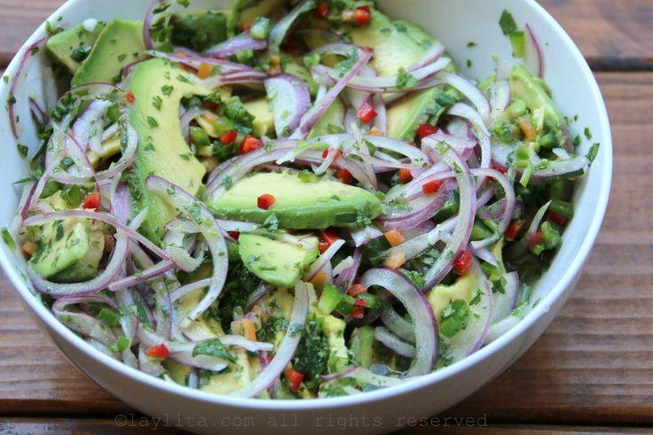 Una deliciosa ensalada de aguacate o salsa rustica de aguacate preparada con aguacates maduros, cebolla, ajíes o pimientos, limón, aceite de oliva, y cilantro.