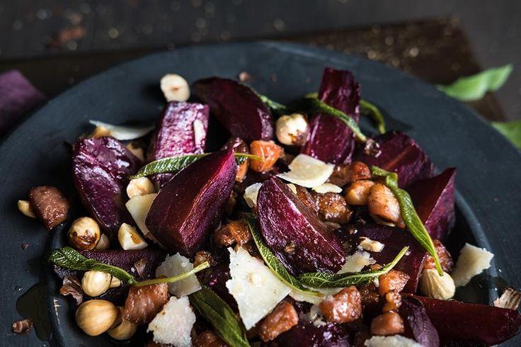 Oppskrift på saltbakte rødbeter med ristede hasselnøtter, salviesmør, bacon og høvlet parmesan.