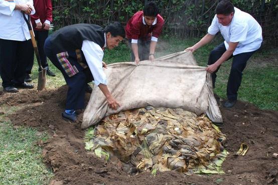 """La palabra Pachamanca proviene de los vocablos quechuas """"pacha"""" y """"manca"""", traducidos """"tierra"""" y """"olla"""", lo que quiere decir """"olla de tierra"""", es plato típico del Perú, elaborado por la cocción, al calor de piedras precalentadas, de carnes de vaca, de cerdo, pollo y cuy previamente aderezados con ingredientes de huacatay, ají, comino, pimiento y otras especias, ademas productos originales andinos adicionales, papas, camote, choclo, haba en vainas y eventualmente, yuca."""