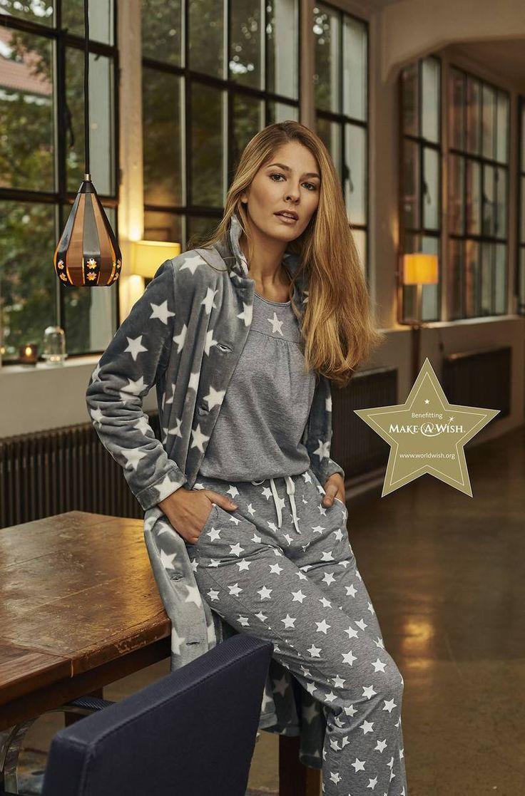 Ringella Women Pyjama 6411201 + Mantel 6414702 Ein Pyjama zum Täumen. Ein besonderes Highlight ist der Paillettenstern auf der Passe. Modische Kräuselungen an der Passe und eine Falte am Ärmelsaum mit Satinschleife runden den Look ab. Die Hose aktuell im Sternen-Dessin. Mit diesem kuscheligen Flausch-Mantel können Sie sich die Sterne vom Himmel holen. Praktisch zum Durchknöpfen und mit Eingrifftaschen ist dieser Mantel ausgestattet.
