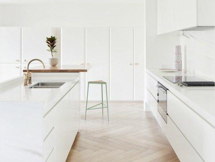 0-meubles-cuisines-blancs-sol-en-parquet-clair-parquet-teck-clair-chaise-haute-en-vert-clair