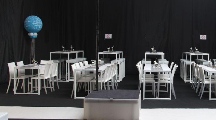 Lage design tafel basso wit L120xB70xH76 cm  met liberty stoel wit. Hoge design tafel alto wit L120xB70xH110 cm met barkruk allegro wit zit wit leder.