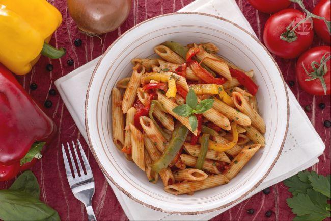 Le penne ai peperoni sono un primo piatto saporito e profumato, dai colori brillanti dati da i peperoni: bello da vedere e ottimo da mangiare!