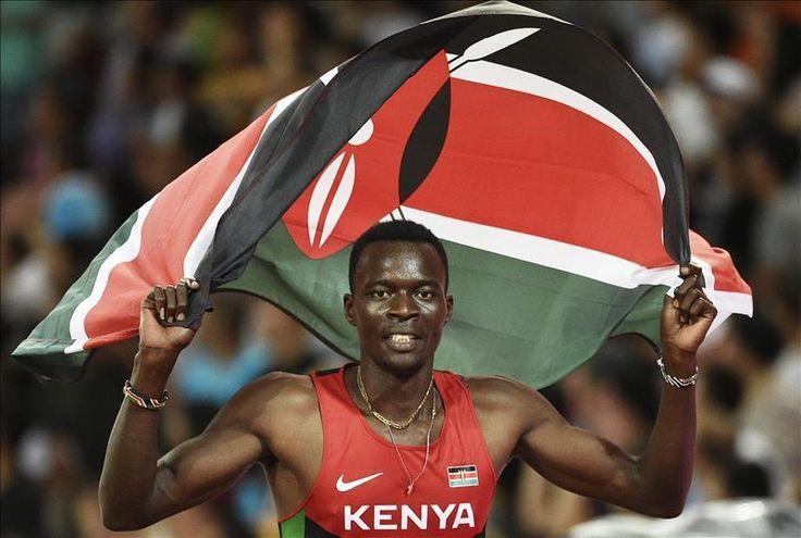 El keniano Nicholas Bett celebra su victoria en la final de los 400m valla en los Campeonatos del Mundo de atletismo celebrados en el Estadio Nacional en Pekín (China), hoy.