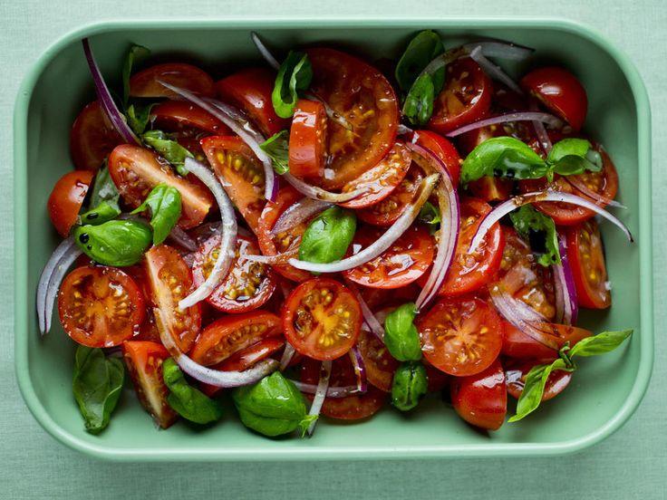 Tomater blir sett på som meget sunne på grunn av sitt høye innhold av lykopen, som er godt for helsen! Jo rødere og mer moden tomaten er, jo mer lykopen er det i den.      Så prøv en fristende tomatsalat, da vel! Topp gjerne med mozzarella eller fetaost.