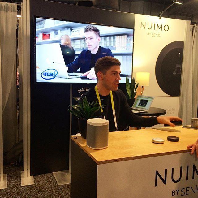 Nuimo device très design pour commander la lumière, la musique et d'autres application développé par des allemands. Reçu le Germany design axants 2016 #CES2016 #eurekapark #nuimo