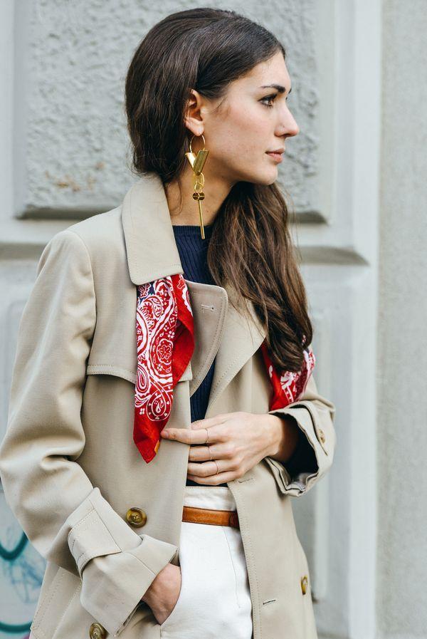 スカーフを使って定番トレンチを明るく着こなす♡ 人気のおすすめトレンチコートコーデ一覧。レディースファッションまとめ。