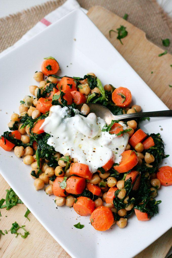 Die schnelle Kichererbsenpfanne mit Joghurt ist wohlig warm, gesund und verwöhnt euch mit einer Extraportion herzhaftem Gemüse auf die leichte Art.