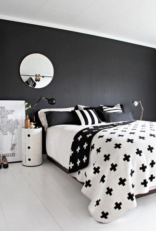piso blanco y pared negra, el juego de cubrecama, el espejo redondo.....todo perfecto