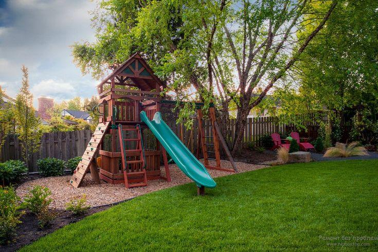 Детская площадка во дворе загородного дома
