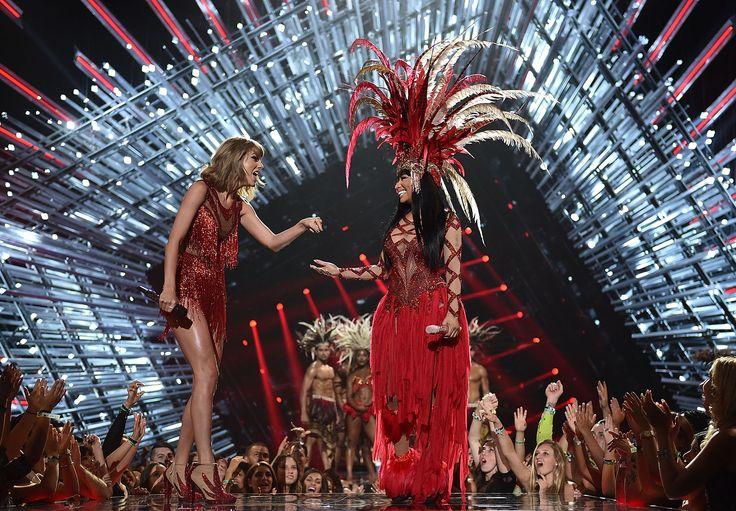 Solo il rosso cabaret le unisce. Taylor Swift canta sul palco con la poliedrica ed effervescente Nicki Minaj in un duetto insolito. L'ironia può fare grandi cose  -cosmopolitan.it