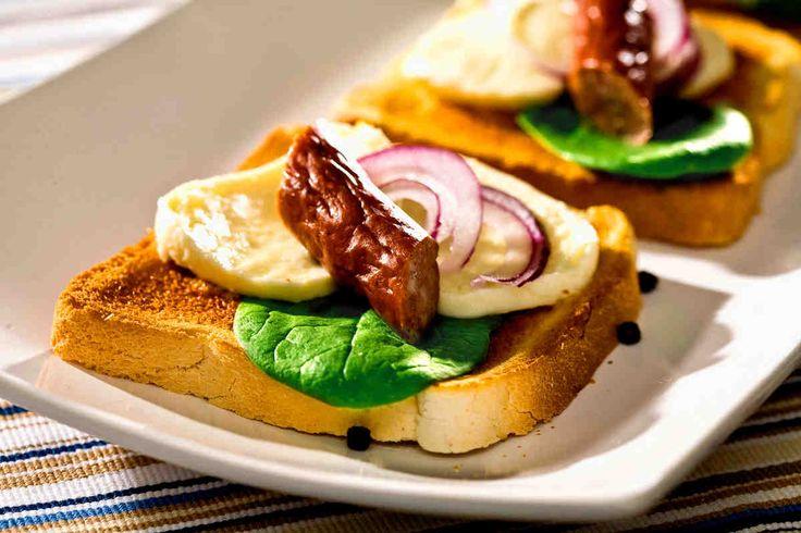Grzanki z kabanosem, mozzarellą i czerwoną cebulą #breakfast #omnomnom #smacznastrona #śniadanie #pyszne #mniam