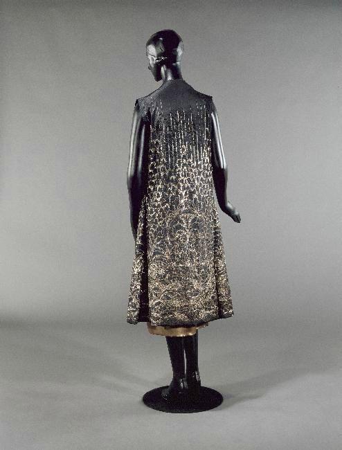 * Manteau dalmatique du soir « Sigurd », aussi nommé « Lohengrin », été 1927. Taffetas de soie noir, broderies de paillettes et de fils métalliques or et cuivre Jeanne Lanvin. Ce manteau faisait partie de la garde-robe de Natalie Clifford Barney. Collection Palais Galliera.