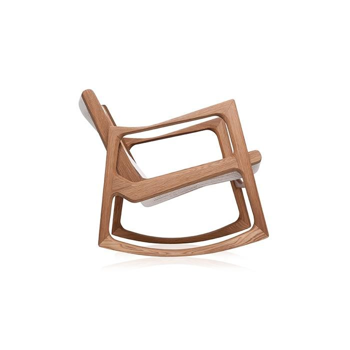 Estrutura em madeira maciça. Assento e encosto baixo em cordas transpassadas ou estofados. Assento e encosto alto estofados.