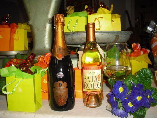 E' Primavera???? Basta un po' di colore a tirarci su di morale,un buon bicchiere di vino,qualcosa di sfizioso da sgranocchiare e un po' di musica....
