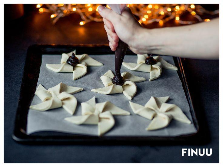 Fińskie ciasteczka Joulutorttu królują nie tylko w okresie Bożego Narodzenia, ale również podczas oczekiwania Nowego Roku. Proste i łatwe do przygotowania. Wystarczy arkusz ciasta francuskiego, śliwkowe powidła i sprawne dłonie! Piecz uformowane wiatraczki przez 10 minut, w 225 stopniach. Na koniec obsyp cukrem pudrem. #finuu #finuupl #inspiracje #finskakuchnia #finnishcuisine #Joulutorttu #xmas #bozenarodzenie #przekaski #slodkosci #ciastka #cookies #finland #suomi #finnishdelicious #recipe