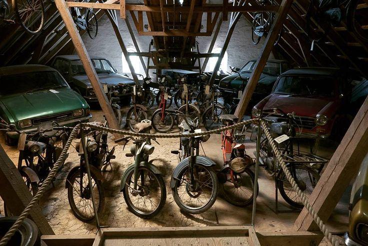 De mooiste rommelzolder die ik ooit zag. Motoren brommers fietsen auto's onderdelen. Het magazijn heet dat hier. Heerlijke plek. #visitdenmark #visitdenmarkstories #kamperen #camping #vakantiekriebels #vivakamperen.nl #photography #travelphotography #traveller #canon #canonnederland #canon_photos #travelblog #reizen #reisjournalist #camperreismagazine #travelwriter#fotoworkshop #willemlaros.nl #reisfotografie #landschapsfotografie #visitscandinavia #traveltodenmark #bridgewalking…