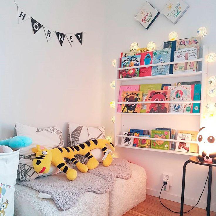 """486 gilla-markeringar, 26 kommentarer - Jollyroom.se (@jollyroom) på Instagram: """"Mysiga filtar, härlig belysning och en bokhylla med favoritböckerna ❤📖 📸:@pinkchic Bokhylla🔎:701858"""""""