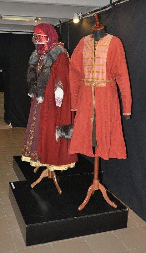 Еще один русский кафтан 10 века из домоткани. Костюм предоставлен Роголевым Алексеем. Кстати, тут виден и костюм Светланы Осадчук.