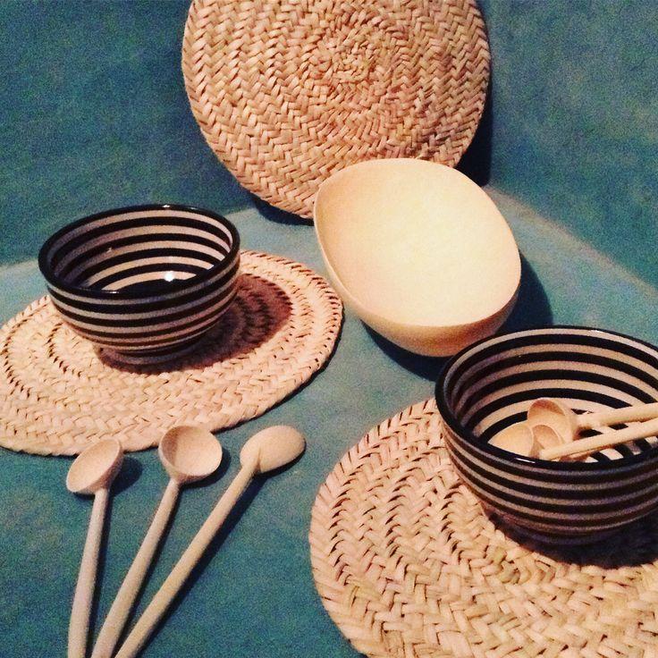 Art de la table - Cuillères tournée à la main en bois de citronnier - Sets de table tressés de feuilles de palmiers - Poterie de Safi.