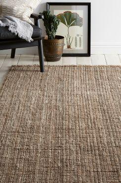 Ellos Home Jutematta Bhopal 140x200 cm Vävd matta av slitstark jute med snygg, grov struktur. Stl 140x200 cm.<br><br>Jute är ett återvinningsbart naturmaterial som passar bra till mattor tack vare sin tålighet. En matta i jute ger rummet en ombonad, naturlig känsla. Ur ett miljöperspektiv är det ett mycket bra materialval – det är helt biologiskt nedbrytbart och förnyelsebart.<br><br>För ökad säkerhet och komfort, använd halkskyddsmatta som håller din matta på plats. H...