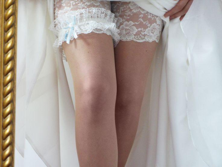 Halterlose oder Strümpfe für Strapse in einer einzigartigen Kombination aus Hautfarbe mit einem elfenbeinfarbenen oder weißen Spitzenabschluss versprechen ein komfortables Tragegefühl. Durch die zweifarbige Verarbeitung bekommen die Beine eine hübsche, naturfarbige Ausstrahlung, während die Farbe der Spitze an die Unterwäsche angepasst werden kann. Auch für Ihren Bräutigam eine schöne Überraschung.