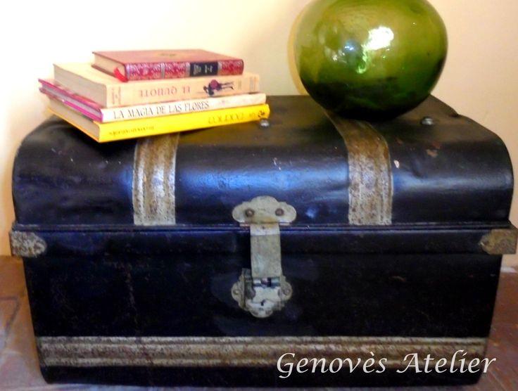 A la venta esteauténtico baúl metálico de mediados del siglo XXmuy decorativo y con mucha esencia vintage. Se ha procedido a su barnizado exterior manteniendo por completo su aspecto original. M...