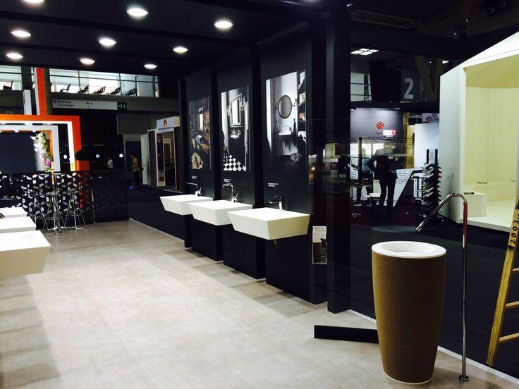 DuPont™Corian® ha presentado en Construmat - dos nuevos tonos grises de alto rendimiento realizados con la innovadora DeepColour™ Technology* y su renovada colección de lavabos.