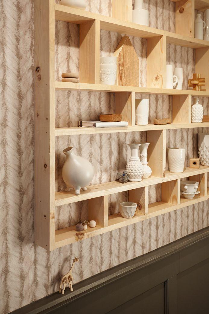 Eigen Huis en Tuin | Praxis. Deze open wandkast, vol met spulletjes, geeft je hal een lekker huiselijk gevoel. Kies daarbij een mooi behang, zoals dit vliesbehang met een breisel effect.