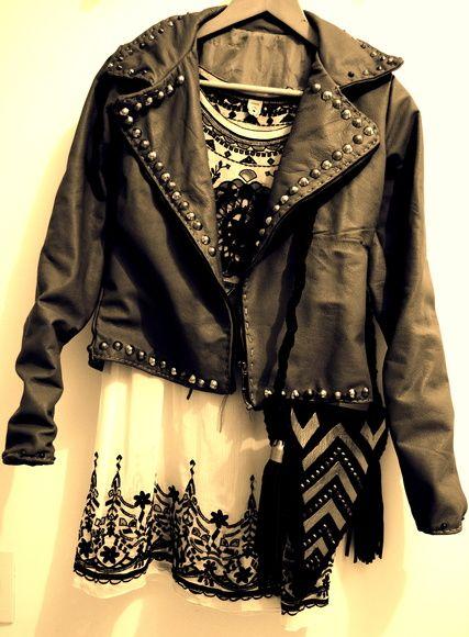 Jaqueta artesanal de couro cinza com tachas ouro velho e prateada. Ela é toda forrada. Para garantir um look super confortável, bonito e despojado.