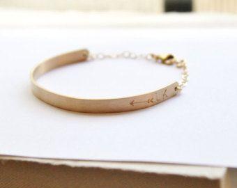 Gepersonaliseerde armband- Dit prachtige goudstaaf armband is zinvol en stijlvol. Dit is de perfecte voor dagelijks gebruik, kiezen om te dragen uw favoriete naam, datum, Romeinse cijfers of coördinaten. | DETAILS | -Dikke Bar meet 36 x 5mm -Een hoge kwaliteit glinsterende koppeling ketting met een premie kreeft gesp. -Gepolijst een licht gesatineerd -Bar en keten zijn hoge kwaliteit 14kt goud gevuld - niet verzinkt. | AANGEPASTE HAND STEMPELEN | -Hand gestempeld -Tiny blok lettertype voo...