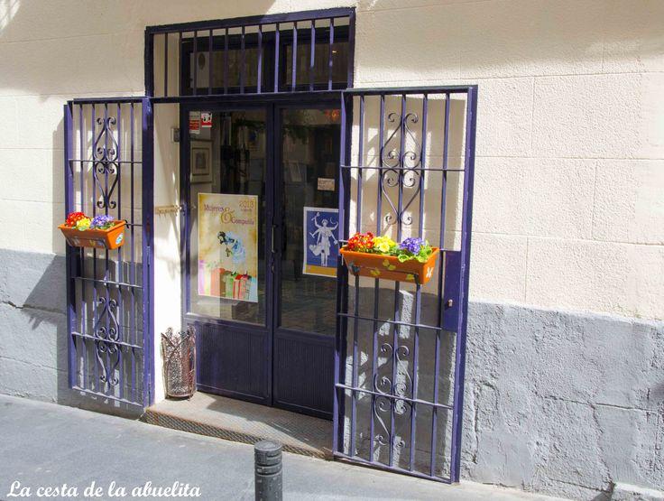 Puerta de entrada a la librería Mujeres & Cía., Madrid. www.lacestadelaabuelita.com