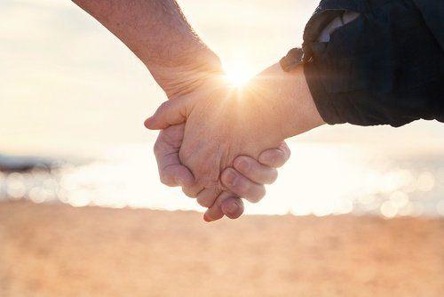 Secondo lo psichiatra Mark Goulston, ci sono alcune abitudini che rendono le coppie felici