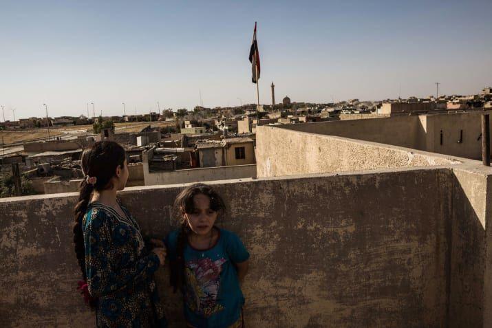 家の屋上にいる Ali Mahmoud一家。ここはISの狙撃手の拠点として使われた。