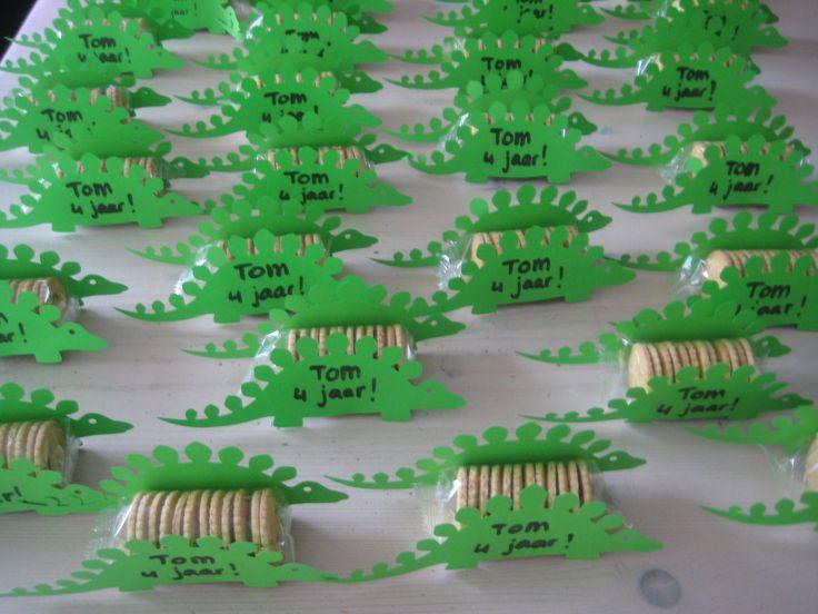 Dino silhouette van papier op pakjes koeken plakken, traktatie voor op school!