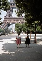 Eiffelturm in Paris, 1959 Anheas/Timeline Images #Paris #50er #Eiffelturm #Freundinnen #Frauen #Spazieren #Sonne