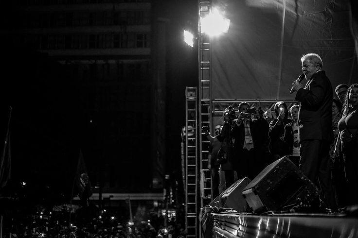 """Realizado na sede da República da Lava Jato, o comício em defesa de Lula confirma """"a ruptura do clima de consenso artificial construído em torno da Lava Jato e da perseguição ao mais popular presidente de nossa história republicana"""", escreve Paulo Moreira Leite, colunista do 247, presente ao ato. """"Não foi uma ação entre amigos, mas uma manifestação popular, onde marcaram presença os eleitores mais humildes, que se reaproximam de Lula aos saltos, na mesma velocidade em que ocorr..."""