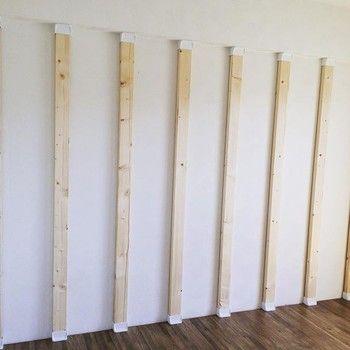 こちらが木材を入れて突っ張ったところ。ディアウォール自体は1000円〜1500円程度、2×4の木材はホームセンターで数百円で購入可能。こうして作った柱があれば、あとはこれを下地に、棚や造作収納などアレンジは自由。DIYの腕の見せどころ!