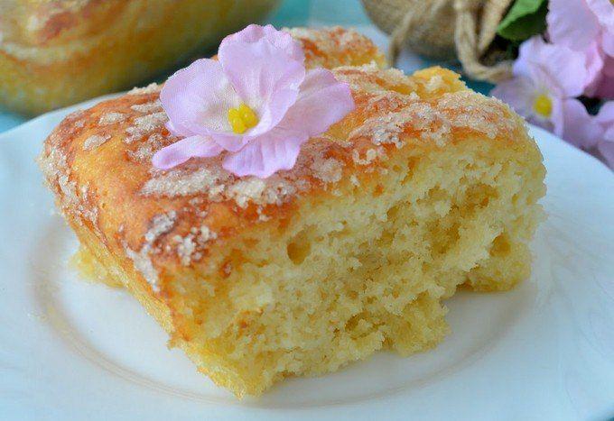 Сахарный пирог <br> <br>Очень вкусный пирог, несмотря на то,что он без начинки, сочный, ароматный, с чудесной карамельной корочкой сверху. Простой и удачный. <br> <br>Понадобится: <br> <br>мука 250 гр., <br>молоко 100 гр., <br>дрожжи свежие 15 гр. (у меня 2 ч.л. сухих, но можно и меньше) <br>яйца..