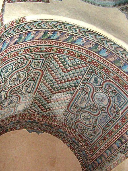 S. M. della Croce a Casarenello (Provincia di Lecce). Alla prima fase di vita della chiesa (450 d.C.) risale lo splendido mosaico a tessere policrome situato nella volta dell'edificio con un motivo a coda di pavone.