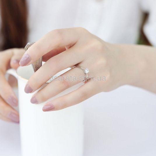 Безупречной красоты помолвочное кольцо со сверкающим бриллиантом 3 мм в изящной оправе станет роскошным подарком для предложения руки и сердца любимой! Подарком высшего класса! Золото 585 прообы. Вес изделия 1,5 грамм.
