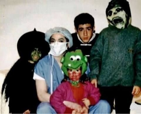 """""""ある年のハロウィンの日、プリンスとパリスが私たちとトリック・オア・トリートをしに行くために私の家にやって来ました。プリンスとパリスは誰だかまったく気づかれないコスチュームを身に着けていました。一方マイケルは、手術用のマスクとキャップ、スパイダーマンのシャツとシューカバー、そして首には聴診器を着けていましたが、マイケル・ジャクソンだとすぐにわかってしまうと思われる、不十分な変装でした。なのに、一晩中、彼にサインを書かせたり、話しかけるために彼を呼び止めた人は誰一人もいませんでした。 みんなのように自由に歩きまわれても、彼は自分の存在に気づいてほしかったんじゃないかと思います。暗くなってから青いバンで来て私の家の車道に駐車するよう言ったのに、彼は見たことのないものすごく大きな白いリムジンでやって来たのですから。家の車道に駐車しようにも、大きすぎて路上駐車しなければなりませんでした。…"""