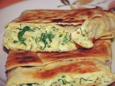 Пирог из лаваша с сыром и зеленью *198 ккал на 100 г* Сыр твердый 250 г Кефир 1 стакан Лаваш армянский 2 штуки Яйцо 2 штуки Укроп 1 пучок Петрушка 1 пучок 1 Сыр натереть на терке и смешать с мелкопорезанной зеленью. Сырые яйца перемешать с кефиром. Затем смешать все ингредиенты вместе. Они будут начинкой пирога. 2 Листы лаваша смазать кефиром. Форму (примерно 20 Х20 см) смазать маслом. Положить в нее лист лаваша так, чтобы края равномерно свисали. Сверху положить второй лист. 3 Выложить ...