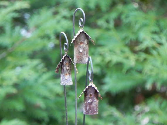 Ein niedlich kleine handgemachte Waldland Vogelhaus für Miniatur-Garten, Fee Garten oder Blumentopf. Dieses Angebot gilt für ein Vogelhaus an einem dekorativen Draht-Haken.    Abgerundet mit einem Blechdach Wellpappe Rost-Effekt. Es baumelt an einem kleinen handgemachten Draht-Haken. Das Vogelhaus sieht so süß schwanken im Wind! Ich wirklich genießen, Sammeln von Gliedmaßen und Zweige vom Wind gefallen oder abgeschossen Bäume um die woodland Minis zu erstellen. Weil sie aus Naturprodukten…
