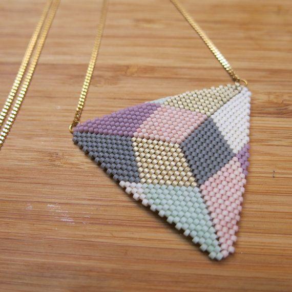 Collier Peyote en perles de verre japonaises tissées à laiguille. Mélange de teintes brillantes et mattes, formes géométriques et couleurs autant
