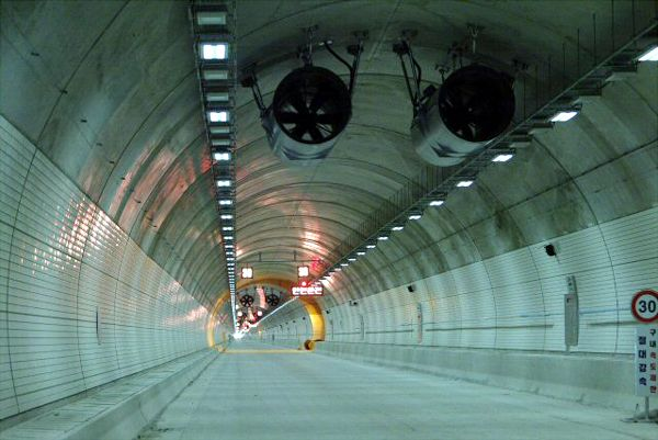Misiryeong Tunnel, Korea - 42 Jet fans for ventilation and smoke extraction: Jet fans mounted at the top can redirect air flow in either direction. | 미시령 터널 제트팬